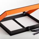 Caixa com paredes duplas e fita para facilitar a abertura revestida internamente com tyvek
