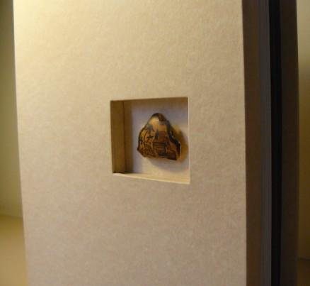 Detalhe do fragmento de cabaça pintado a mão.