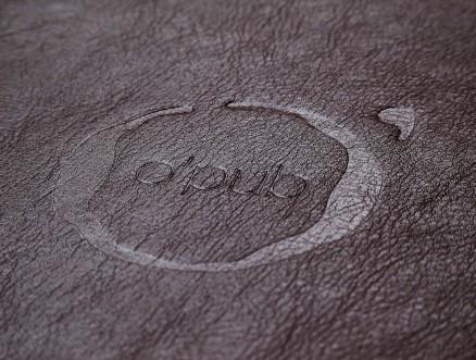 Detalhe da gravação a seco sobre o revestimento de couro ecológico.